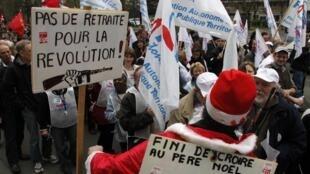 """Демонстрация в Лилле 23 марта 2010. Лозунг """"Революция не уходит на пенсию!"""""""