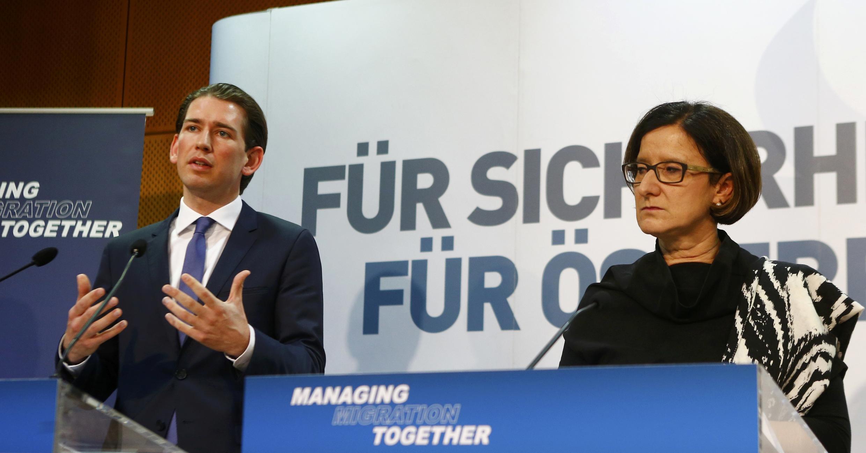 O chefe da diplomacia austríaca, Sebastian Kurz (e) e a ministra do Interior da Áustria, Johanna Mikl-Leitner, pedem a redução imediata do fluxo migratório na UE.