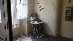 Une personne dort le 24 août 2006 à Paris, dans l'une des pièces d'un immeuble insalubre où vivent des dizaines de famille originaires de Côte d'Ivoire.