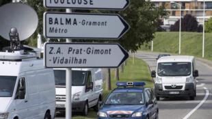 Gendarmes franceses escoltan al vehículo que transporta el fragmento encontrado en La Reunión al laboratorio de la Dirección General del Armamento para su análisis, Balma, Toulouse, 1° de agosto de 2015.