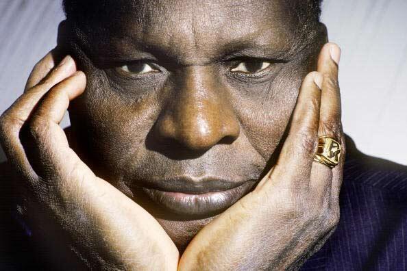 L'écrivain ivoirien Ahmadou Kourouma, une grande figure de la littérature africaine, notamment avec son livre Les Soleils des indépendances.