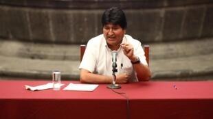 Evo Morales durante conferência no México, onde se exilou.