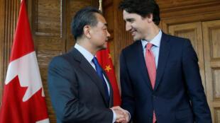 图为中国外长访问加拿大时与加拿大总理会见