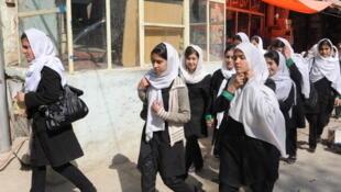 Jeunes filles en uniforme sur le chemin de l'école, à Kaboul, octobre 2011.