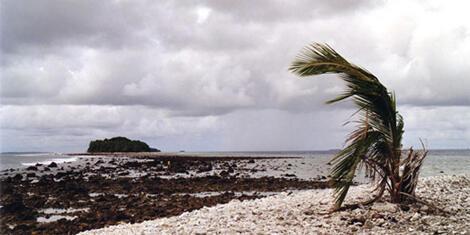 """""""Những ngày cuối cùng của (quần đảo) Tuvalu"""" (2005) phim của Arte. Năm 2002, Tuvalu - quốc gia hơn 10.000 dân - từng có ý định kiện Mỹ và Úc (2 nước không phê chuẩn Nghị định thư Kyoto) ra Tòa án quốc tế, với tư cách thủ phạm của Biến đổi khí hậu."""