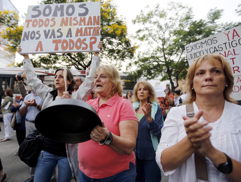 """Milhares de pessoas desceram às ruas da capital argentina, com cartazes onde se lê """"Eu sou Nisman, vão nos matar também?"""", em protesto contra o governo."""