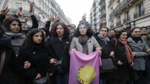 Manifestação nas ruas de Paris depois que três ativistas curdas foram encontradas mortas em um centro de informações pró-Curdistão de Paris.