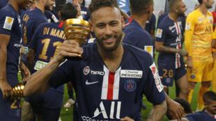 L'attaquant du Paris Saint-Germain, le Brésilien Neymar célèbre la victoire de son club en finale de la Coupe de la Ligue face à l'Olympique lyonnais, après une séance de tirs au but, au Stade de Frande à Saint-Denis, prés de Paris, le 31 juillet 2020