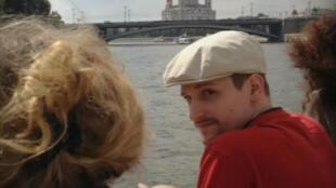 Edward Snowden foi fotografado durante um passeio de barco em Moscou após meses sem aparecem em público.