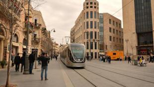 Le tramway de Jérusalem sur la rue commerçante de Jaffa.