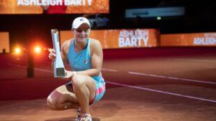 La ganadora australiana Ashleigh Barty posa con su trofeo después del partido final individual contra la bielorrusa Aryna Sabalenka  (fuera de la imagen) del torneo del Gran Premio de WTA 500 en Stuttgart, suroeste de Alemania, el 25 de abril de 2021.