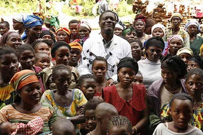 Daktari Denis Mukwege, akiwa na baadhi ya kina mama ambao haki zao zilikiukwa mwaka 2014