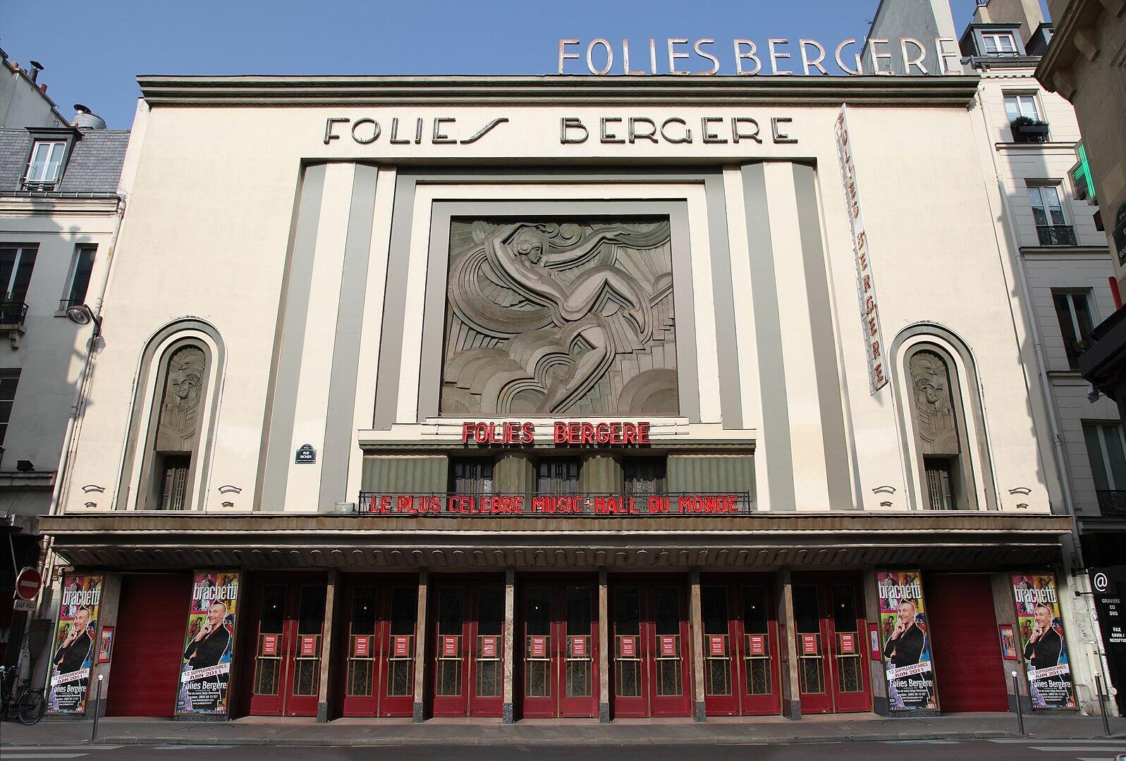 Автору барельефа на фасаде парижского театра «Фоли-Бержер» Морису Пико позировала русская танцовщица Лиля Никольская.
