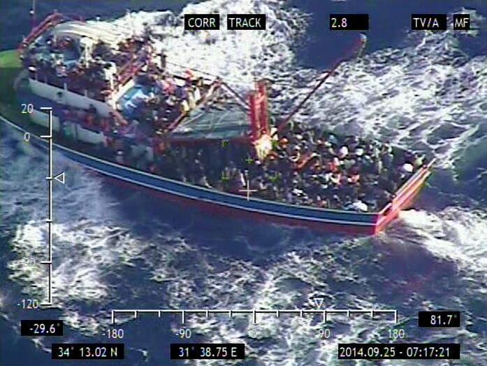 Photo du ministère de la Défense chypriote d'une embarcation en difficulté transportant des migrants, le 24 septembre 2014.