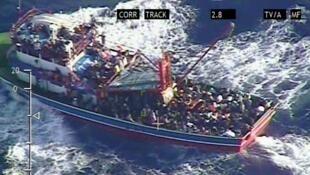 Foto de um barco de imigrantes cladestinos no mar Mediterrâneo feita pelo ministério da Defesa de Chipre, no dia 24 de setembro 2014.