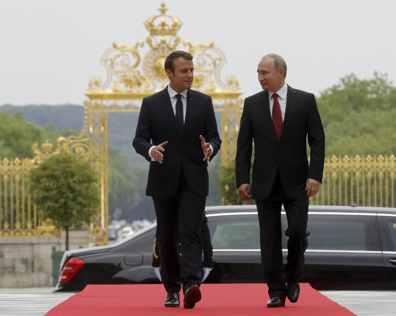 Tổng thống Pháp Emmanuel Macron (T) đón đồng nhiệm Nga Vladimir Putin tại lâu đài Versailles ngày 29/05/2017.