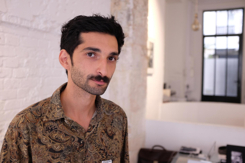 Yegan Mazandarani, photographe franco-iranien, dans son exposition «Parias», présentée à l'EST Galerie, à Paris.