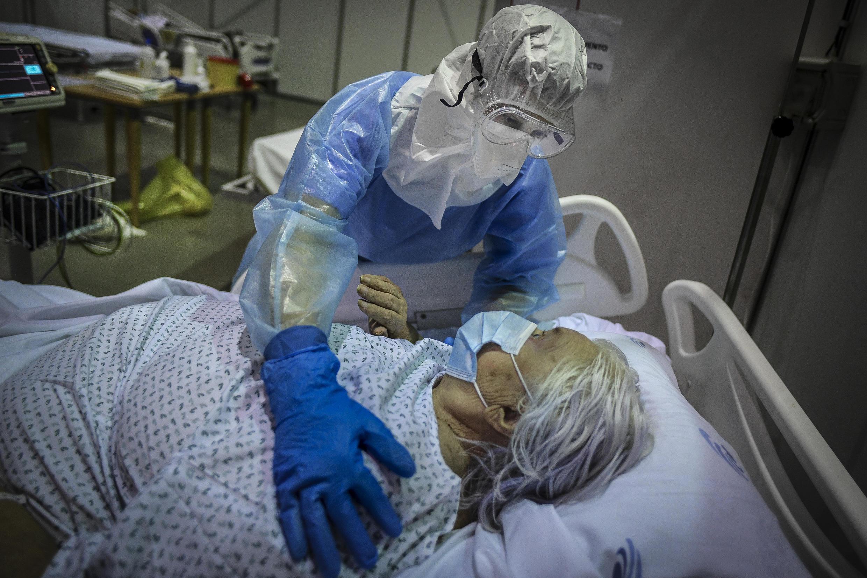 """Una paciente de covid-19 el 9 de febrero de 2021 en el hospital de campaña montado en """"Portimao Arena"""", sala de usos multiples del sur de Portugal"""