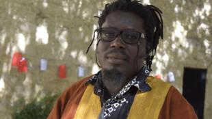 Aristide Tarnagda lors de la lecture de son texte « Sank ou la patience des morts », dans le cadre de « Ça va, ça va le monde ! », organisé par RFI au Festival d'Avignon.