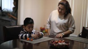 Isabel Barrera, inmigrante salvadoreña de 47 años que ha vivido 20 bajo el régimen de TPS, conversa con su hijo de 4 años en Anaheim, California, el 12 de enero de 2018.