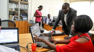 Jeunes entrepreneurs dans le domaine du numérique à Dakar.