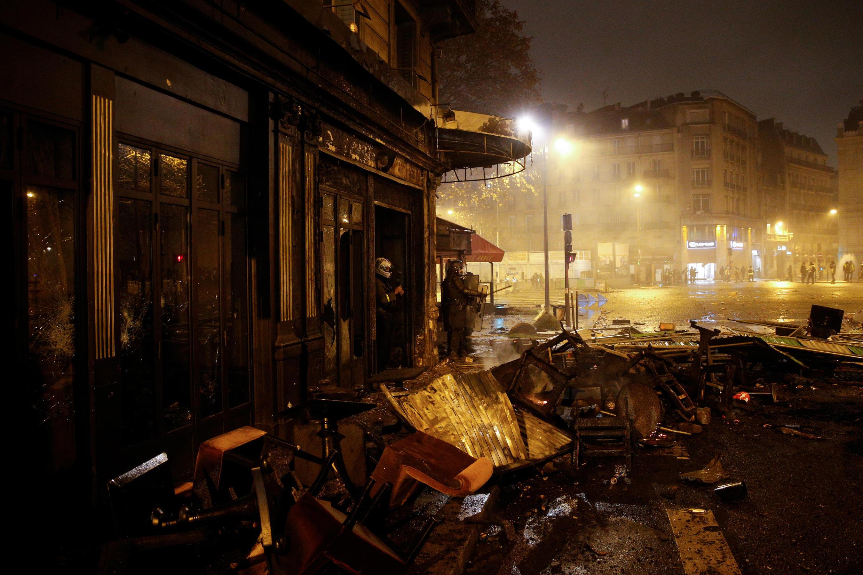 Một nhà hàng tại khu vực Đại Lộ Champs Élysées bị đập phá trong cuộc biểu tình bạo động ngày 01/12/2018.