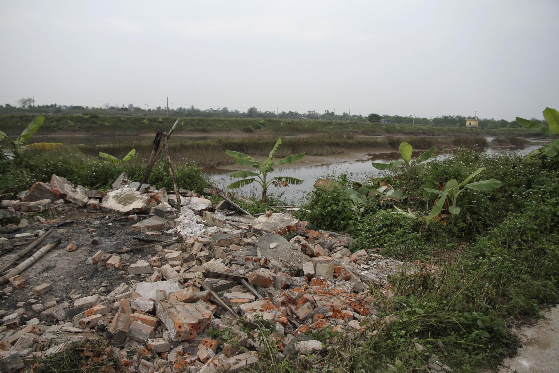 Đống gạch vụn còn lại của nhà ông Vươn, sau khi bị chính quyền địa phương phá. Ảnh chụp ngày 10/01/2012