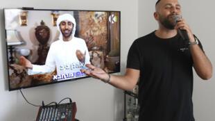 El israelí Elkana Marziano canta una canción en la que trabajó con el artista emiratí Waleed Aljasim (en la imagen), durante una entrevista con la AFP en su casa en Israel, el 15 de octubre de 2020