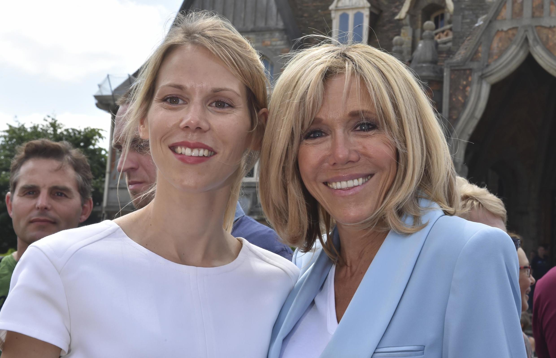 Tiphaine Auzière, ao lado da mãe Brigitte Macron, durante campanha presidencial. A filha da primeira-dama francesa raramente aparece na mídia
