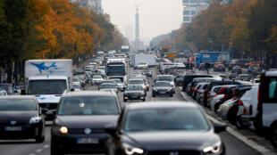 Circulation dense rue Kaiserdamm à Berlin, l'une des rues qui pourrait être ciblée par une interdiction aux véhicules diesel.