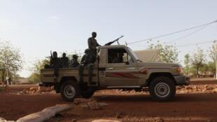 Солдаты военной хунты патрулируют в Кати, пригороде Бамако