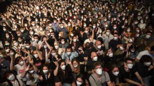 Os cinco mil participantes do experimento não precisaram respeitar o distanciamento físico, mas utilizaram máscara FFP2 durante toda a duração do espetáculo.