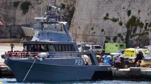 Migrantes se preparam para desembarcar de um barco da patrulha de Malta, após terem sido transferidos do navio humanitário Alan Kurdi, 4 de agosto de 2019.