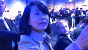 央視女記者孔琳琳不滿英國保守黨年會討論香港問題起身罵人被勸後掌摑維持秩序者。