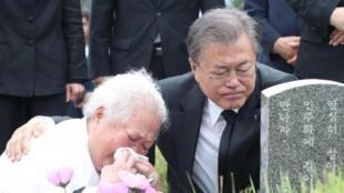 韩国总统文在寅参与纪念1980年光州事件死难者资料图片