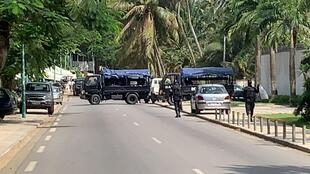 La police déployée devant le domicile d'Henri Konan Bédié à Abidjan, Côte d'Ivoire, le 3 novembre 2020.