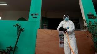 Un membre des services d'hygiène de la ville de Dakar, au Sénégal, le 1er avril 2020.