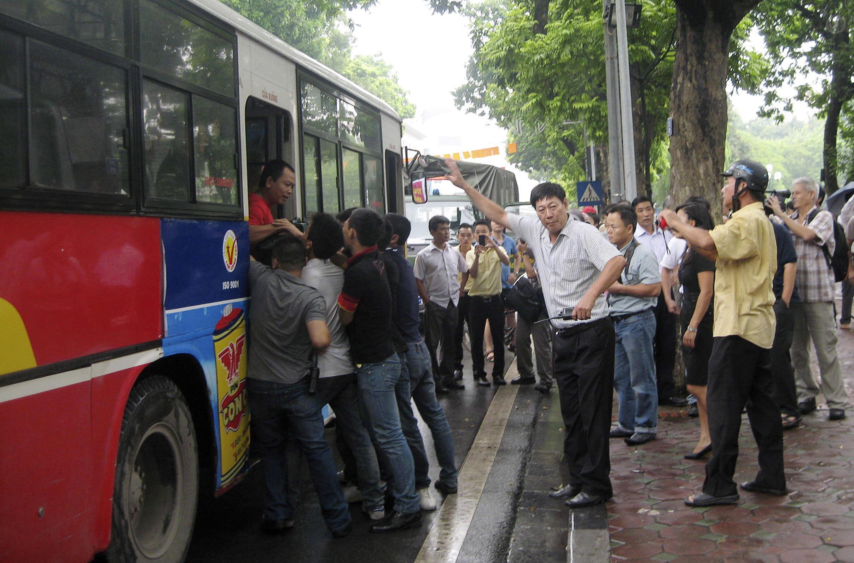 Người biểu tình chống Trung Quốc  tại Hà Nội bị bắt lên xe bus ngày 21/8/2011