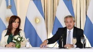 El mandatario argentino, Alberto Fernández, y la vicepresidenta Cristina Kirchner en una imagen divulgada por la presidencia argentina de reunión en Buenos Aires el 16 de abril de 2020
