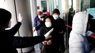 Dân Hàn Quốc xếp hàng mua khẩu trang tại một cửa hàng ở Daegu, ,ngày 04/03/2020