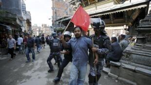 درگیری پلیس با تظاهرکنندگان در کتماندو پایتخت نپال. ٢٩ اردیبهشت/ ٢٠ سپتامبر ٢٠١۵