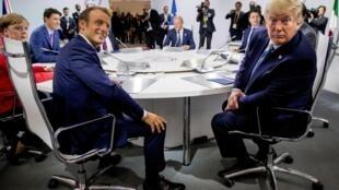 Tổng thống Pháp Emmanuel Macron (T) và đồng nhiệm Mỹ Donald Trump, tại hội nghị G7 ở Biarritz, ngày 25/08/2019.