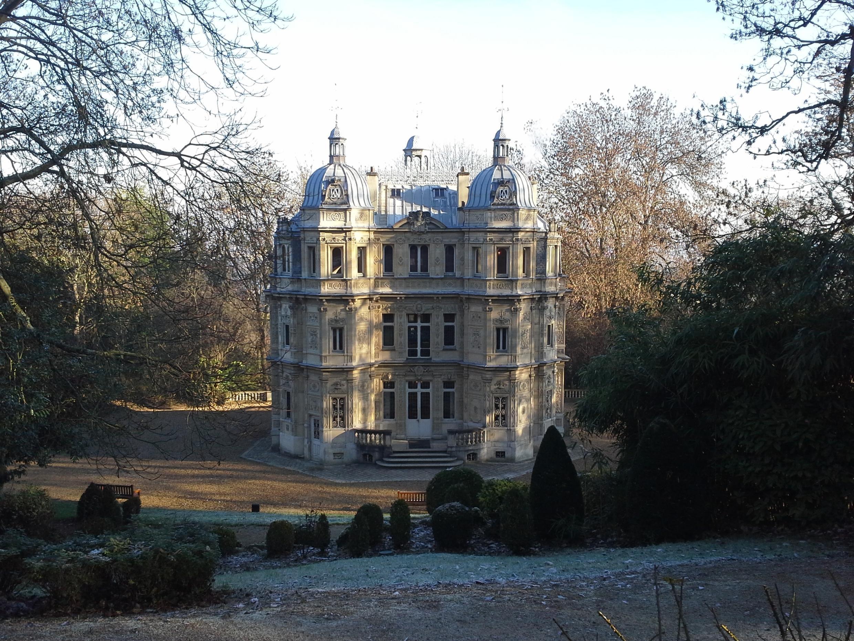 El Castillo de Monte-Cristo y sus jardines se encuentran en la ciudad de Port-Marly.