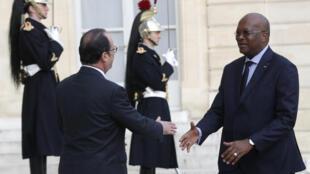 Le président Hollande accueille son homologue burkinabè Roch Marc Christian Kabore à l'Elysée le 5 avril 2016.