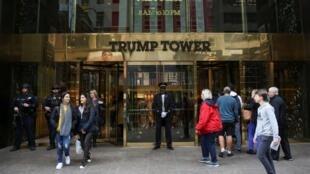 Trước cửa vào tòa tháp Trump (Trump Tower) trong khu Manhattan, New York, Hoa Kỳ, biểu tượng của đế chế kinh doanh nhà Trump. Ảnh chụp ngày 18/04/2019.