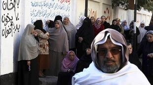 """Los egipcios hicieron largas colas para votar el sábado. En este graffiti se puede leer """"Prohiban a los Hermanos Musulmanes""""."""