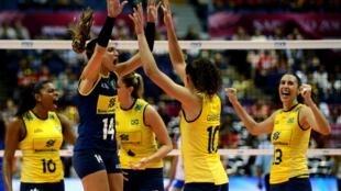 As jogadoras brasileiras comemoram após marcarem um ponto contra a seleção da Sérvia durante partida no Japão neste sábado, 31 de agosto de 2013.