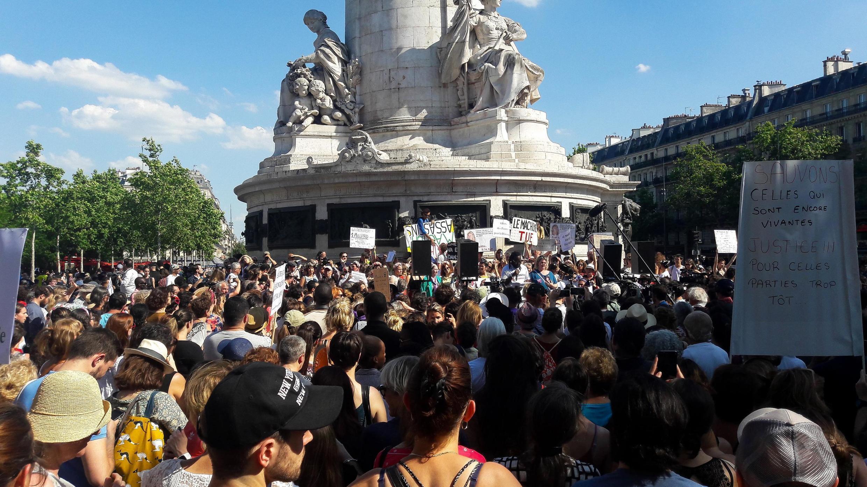 Paris, le 6 juillet 2019. Une foule compacte s'est amassée devant la tribune place de la République pour écouter les interventions de proches de femmes tuées par leurs conjoints, ainsi que de militantes féministes.