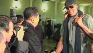 朝鮮奧委會副主席前往機場迎接來訪的美國職業籃球NBA前球星羅德曼(平壤 2013年2月26日)