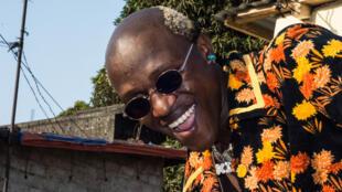 Portrait de King Détruit, l'ambianceur guinéen, mars 2021.